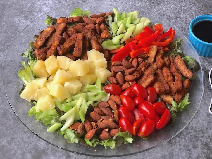 Plant-based Teriyaki Chick'n salad with Nuggs3