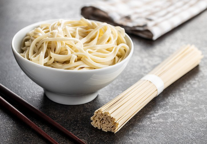 Cooked udon noodles and udon in a bundle